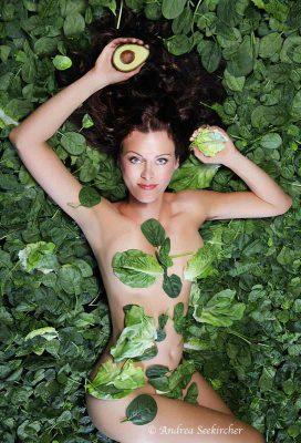 aktfotografie aktfotos mit blattspinat salat avocados